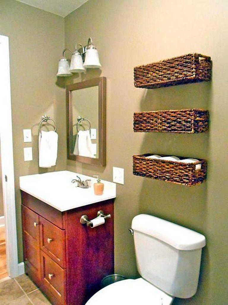 корзины в ванной на стене
