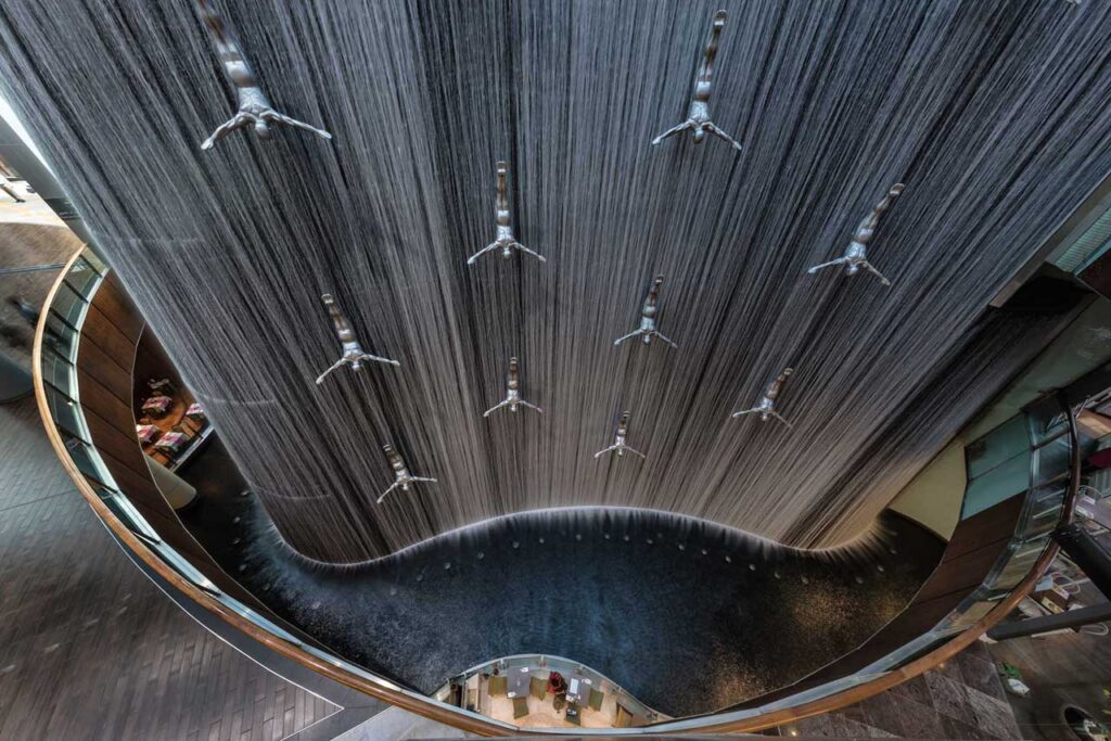Водопад с ныряльщиками в Дубай Молл